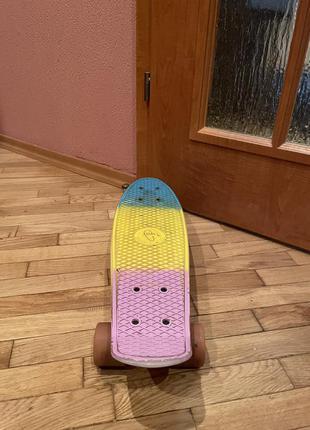 Яркий скейт с защитой
