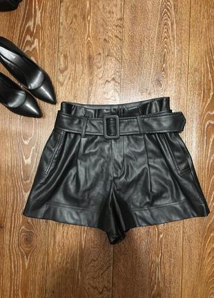 Идеальные кожаные шорты с поясом фирмы zara