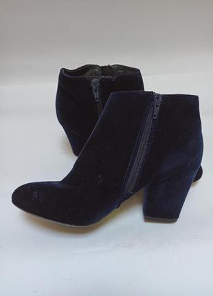 Бархатные ботинки синего цвета. брендовая обувь stock