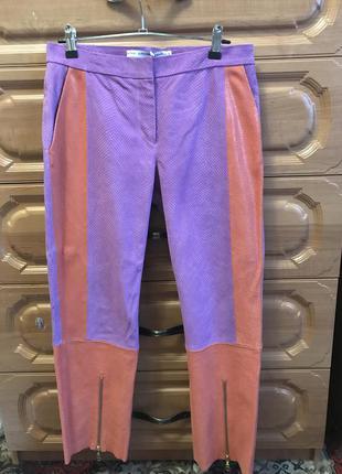 Яркие кожаные брюки для яркой девушки