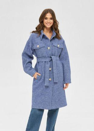 Демисезонное пальто в кэжуал стиле с поясом и накладными карманами синее беж