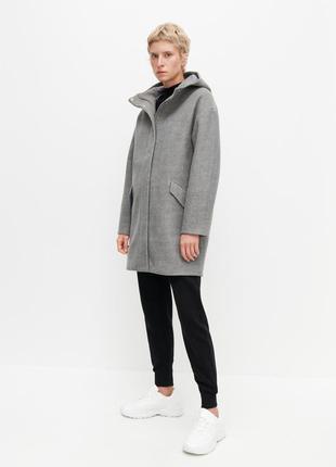 Стильное серое пальто reserved с капюшоном.