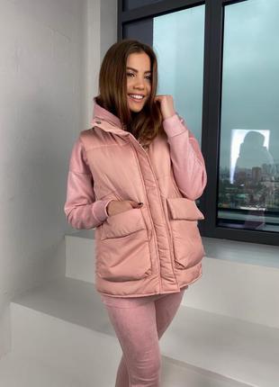 Женская тёплая жилетка плащевка с карманами без капюшона цвет розовый пудра стильная тренд