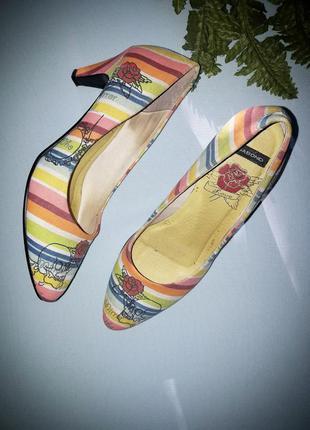 Стильные туфли с черепами.текстиль