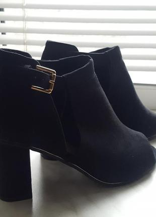 Черные туфли с открытым носком