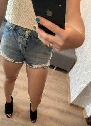 Стильные джинсовые шорты с кружевом