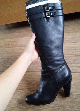 Кожаные чёрные сапоги на каблуке