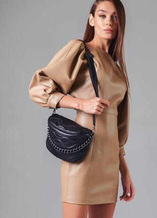 Трендовая сумка из стеганой эко-кожи, украшенная металлической цепью.