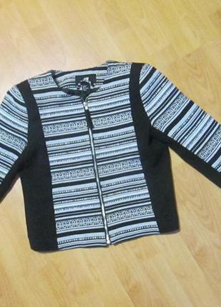 Короткий приталенный пиджак, жакет на замке