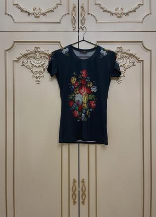 Чёрная футболка с цветочным принтом