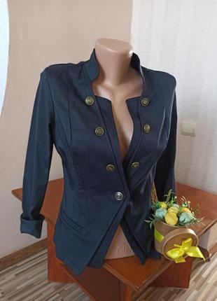 Стильный пиджак по фигуре с пуговицами