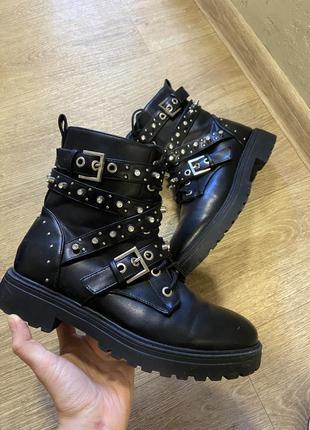 Чёрные грубые ботинки с ремешками
