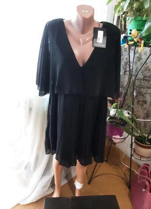 Суперовое платье с кейпом prettylittlething