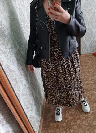 Стильная удлинённая леопардовое платье с длинным рукавом