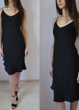 Черное классическое платье миди с рюшами