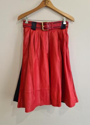 Красная кожаная юбка клеш с синими  вставками complice