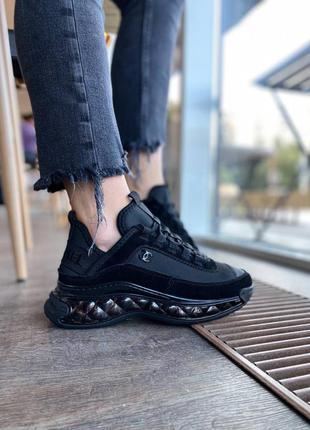 Женские кожаные кроссовки с замшевыми вставками.