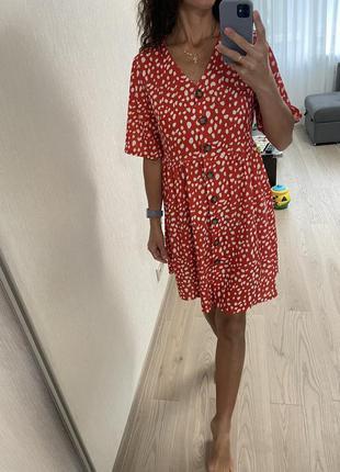 Платье в горошек на пуговицах