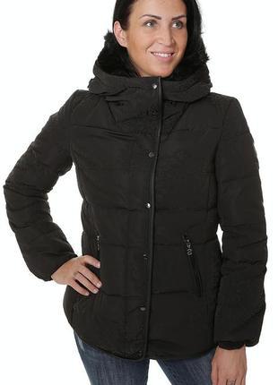 Пуховая куртка чёрная desigual с легкий узором, отстежной мех и капюшон