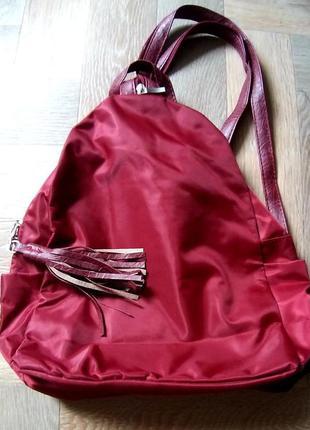 Маленький бордовый рюкзак