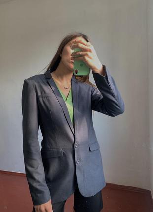Серый удлинённый пиджак