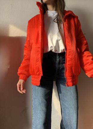 Красная яркая куртка бомбер