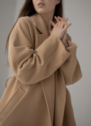 Осеннее демисезонное бежевое пальто на запах с поясом оверсайз