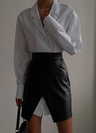 Костюм удлиненная рубашка и юбка из экокожи.