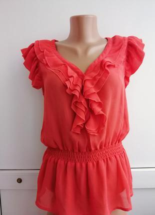 Блуза кораллового цвета с рюшами