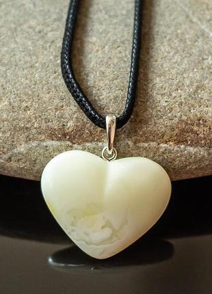 Кулон сердце из белого янтаря