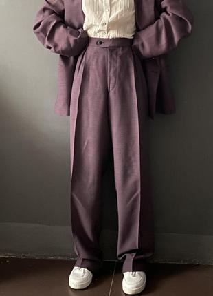 Брючный базовый костюм «с мужского плеча» высокая посадка сливовый цвет6 фото