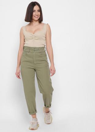 Стильные зелёные mom джинсы
