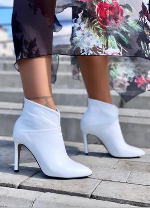 Белые ботильоны на каблуке