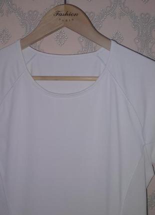 Женская белая спортивная футболка