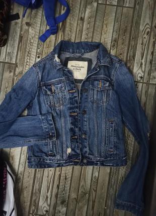Джинсовая куртка с рванностями  размер s