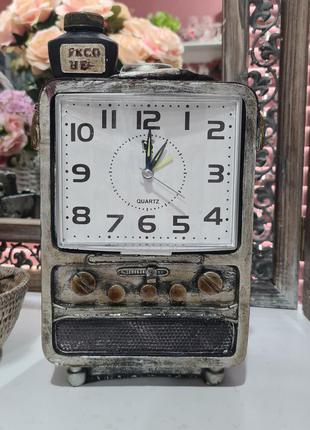 Часы вантажные в виде радио