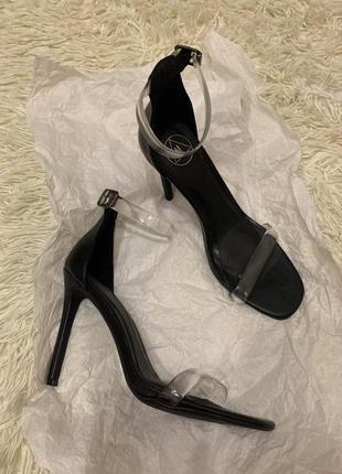 Босоножки на каблуке и с прозрачными ремешками  39 размер