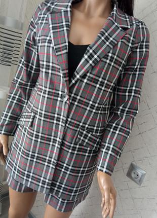Качественный костюм ,пиджак,шорты, клетка