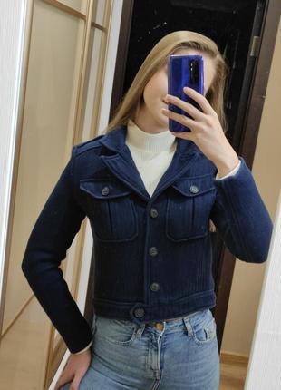 Короткая демисезонная лёгкая тёмно синяя хлопковая тканевая куртка курточка с карманами на груди с погонами короткий тёмно синий пиджак жакет хлопок