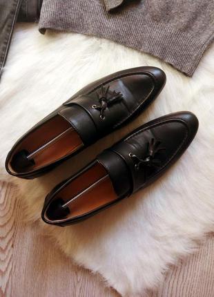 Черные кожаные мужские туфли на каблуке с кисточками лоферы острый круглый носок