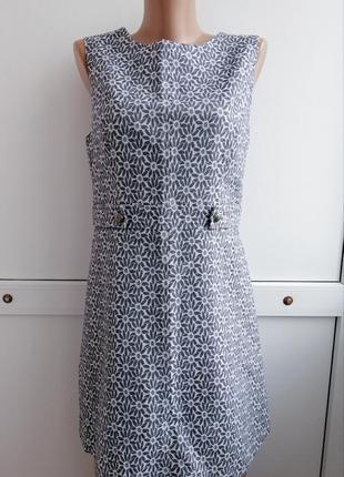 Платье серое белое короткое принт