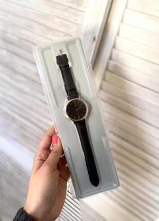 Новые кожаные часы наручные