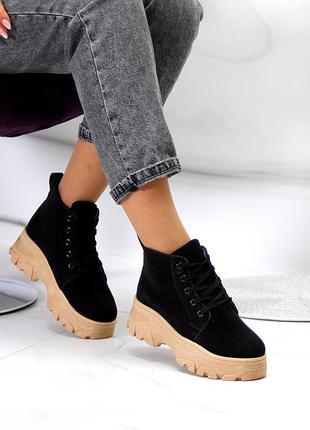 Модные черные замшевые женские ботинки на шнуровке на бежевой платформе