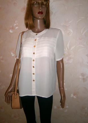 Нежная шифоновая блуза прямого силуэта с золотыми пуговицами молочного цвета