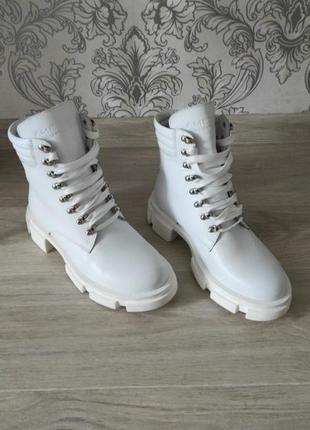 Ботинки белые на тракторной подошве 20102