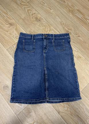 Джинсовая юбка на пуговице с разрезом