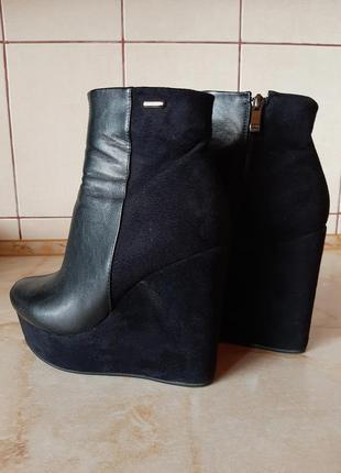 Черные демисезонные ботинки из экокожи и замши