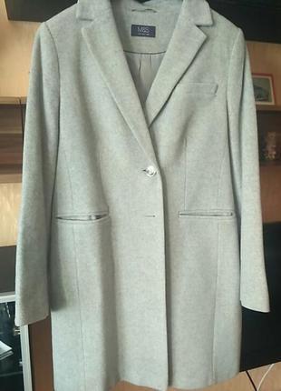 Стильное шерстяное пальто.