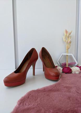 Туфли кожаные классические на высоком каблуке туфлі 39р. tamaris