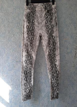 Мега высокие джинсы под рептилию zara